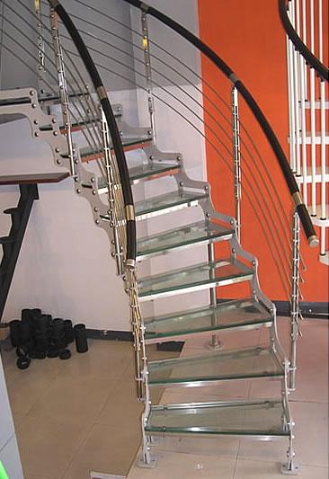 木制踏板的组合是最受消费者欢迎的,在居住面积较小的房间中,楼梯显得